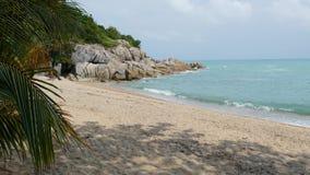 Tropisch exotisch wit die het zandstrand van Paradise door blauwe kalme overzees wordt gewassen Zandige kust met groene kokospalm stock footage