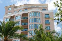 Tropisch Flatgebouw met koopflats Timeshare Stock Afbeeldingen