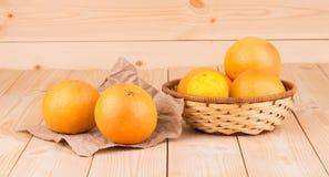 Tropisch fruit op een houten achtergrond Stock Fotografie