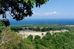 Tropisch gebied met blauwe hemel over kustlijn Stock Foto