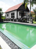 Tropisch huis en zwembad Stock Fotografie