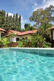 Tropisch huis met een pool Royalty-vrije Stock Afbeelding