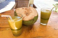 Tropisch Kokosnoot en Sugar Cane Juice Stock Afbeeldingen