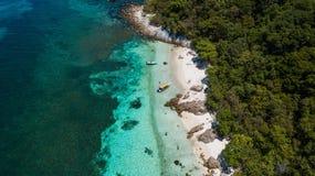 Tropisch landschapssatellietbeeld in Maleisië Perfect wit zand, palmen met turkoois water royalty-vrije stock fotografie