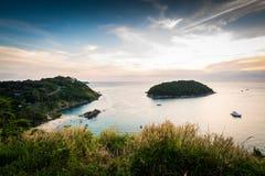 Tropisch oceaanlandschap met weinig eiland, Phuket, Thailand royalty-vrije stock foto's