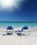 Tropisch Paradijs: De Stoelen van de zitkamer op Strand, Oceaan stock fotografie
