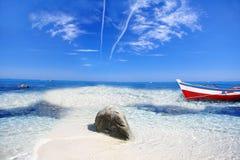 Tropisch paradijs met boot royalty-vrije stock afbeelding