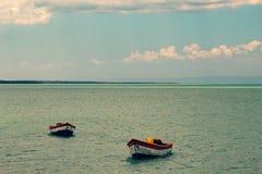 Tropisch paradijs typisch landschap: gekleurde houten die boten in het overzees worden gedokt Michesbaai of Sabana DE La Mar noor stock foto