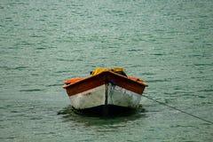 Tropisch paradijs typisch landschap: gekleurde houten die boten in het overzees worden gedokt Michesbaai of Sabana DE La Mar noor stock foto's