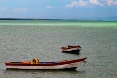 Tropisch paradijs typisch landschap: gekleurde houten die boten in het overzees worden gedokt Michesbaai of Sabana DE La Mar noor royalty-vrije stock fotografie