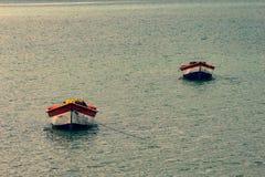 Tropisch paradijs typisch landschap: gekleurde houten die boten in het overzees worden gedokt Michesbaai of Sabana DE La Mar noor royalty-vrije stock foto's