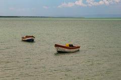 Tropisch paradijs typisch landschap: gekleurde houten die boten in het overzees worden gedokt Michesbaai of Sabana DE La Mar noor royalty-vrije stock afbeeldingen