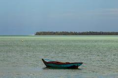 Tropisch paradijs typisch landschap: gekleurde houten die boten in het overzees worden gedokt Michesbaai of Sabana DE La Mar noor royalty-vrije stock afbeelding