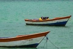 Tropisch paradijs typisch landschap: gekleurde houten die boten in het overzees worden gedokt Michesbaai of Sabana DE La Mar noor stock afbeeldingen