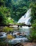 Tropisch regenwoudlandschap met de waterval van Pha Dok Xu en bamboebrug thailand Royalty-vrije Stock Afbeelding