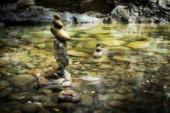 Tropisch regenwoudlandschap met meer en in evenwicht brengende rotsen Royalty-vrije Stock Afbeeldingen