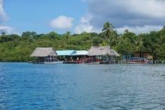 Tropisch restaurant over het overzees met boot bij dok royalty-vrije stock afbeelding