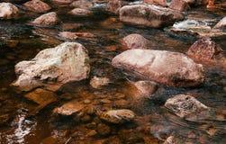 Tropisch rivier stromend snel water en rotsenlandschap Stock Foto's
