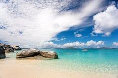 Tropisch rotsachtig eilandstrand Stock Afbeeldingen