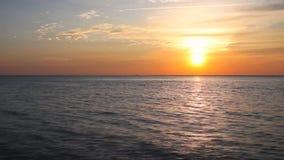Tropisch strand bij mooie zonsondergang stock video