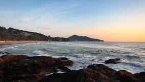 Tropisch strand bij mooie zonsondergang stock videobeelden