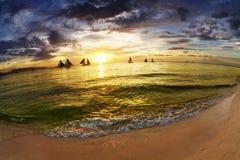 Tropisch strand bij zonsondergang Stock Afbeeldingen