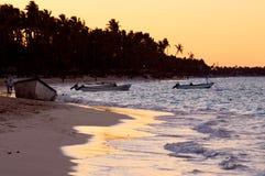 Tropisch strand bij zonsondergang Royalty-vrije Stock Foto
