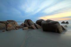 Tropisch strand bij zonsopgang Stock Fotografie