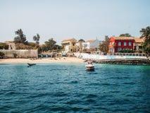 Tropisch strand door overzees met huizen en boten, mening van water, paradijsvakantie stock fotografie
