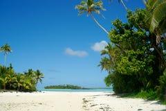 Tropisch strand, eilanden en blauwe hemel. Royalty-vrije Stock Foto