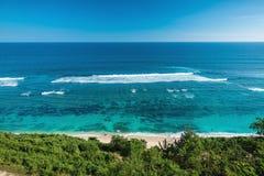 Tropisch strand en blauwe oceaan met duidelijk water in tropisch eiland Royalty-vrije Stock Fotografie