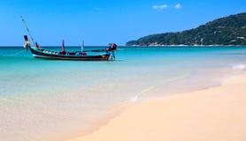 Tropisch strand en de boot Royalty-vrije Stock Afbeeldingen