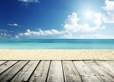 Tropisch strand en houten stock foto's