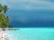 Tropisch strand en onweer. Stock Foto