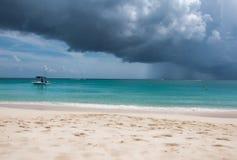 Tropisch Strand in het onweer Stock Fotografie