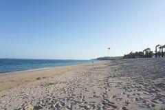 Tropisch strand Jimbaran bij zonnige dag met palmen stock fotografie