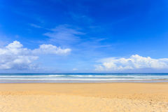 Tropisch strand, Karon-strand in phuketeiland, Andaman-overzees, Thail stock foto's