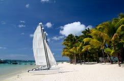 Tropisch strand met boot Stock Afbeelding