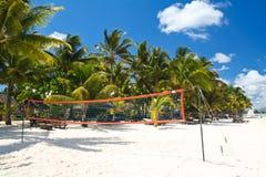 Tropisch strand met boot en palmen Stock Foto