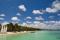 Tropisch strand met boten Royalty-vrije Stock Afbeeldingen