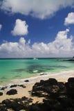 Tropisch strand met boten Stock Fotografie