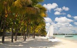 Tropisch strand met boten Stock Foto's