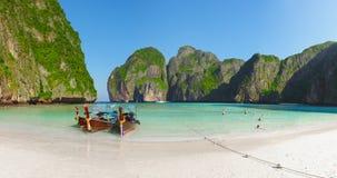 Tropisch strand met boten en rotsen. Thailand, Phi Phi stock afbeeldingen