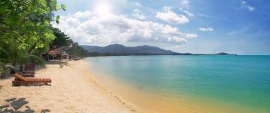 Tropisch strand met chaise-longue en overzees Royalty-vrije Stock Foto