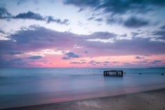 Tropisch Strand met Lege Kooi in het Overzees Stock Fotografie
