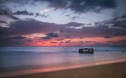 Tropisch Strand met Lege Kooi in het Overzees bij Zonsondergang Royalty-vrije Stock Fotografie