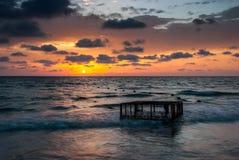 Tropisch Strand met Lege Kooi in het Overzees bij Zonsondergang Royalty-vrije Stock Afbeeldingen