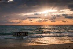 Tropisch Strand met Lege Kooi in het Overzees bij Zonsondergang Royalty-vrije Stock Foto