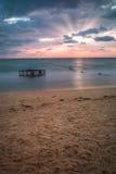 Tropisch Strand met Lege Kooi in het Overzees bij Zonsondergang Stock Foto's