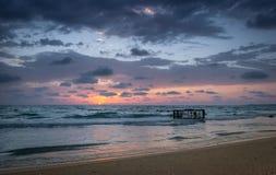 Tropisch Strand met Lege Kooi in het Overzees bij Zonsondergang Royalty-vrije Stock Foto's